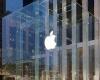 Снегоуборочная машина повредила Apple-куб в Нью-Йорке